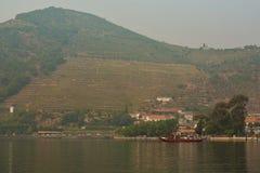 Взгляд от реки Дуэро к vilage Pinhao Португалия стоковые фото