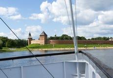 Взгляд от реки, от корабля к набережной и St Sophia Новгороду k Стоковые Изображения