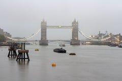 Взгляд от Рекы Темза моста башни в глубоком тумане утра Лондон, Великобритания стоковые изображения rf