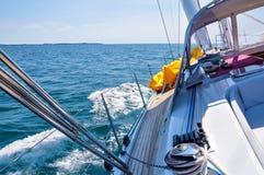Взгляд от роскошного плавания парусника через океан стоковое фото rf