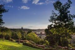 Взгляд от садов Ztracenka к церков Vysehrad Прага, чехословакский Re Стоковая Фотография