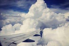 Взгляд от самолета, белых облаков и голубого неба Стоковое Изображение