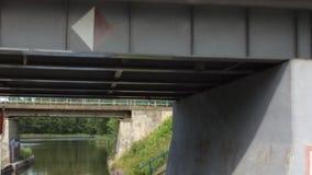Взгляд от смычка narrowboat по мере того как оно проходит через w -го канал в августе акции видеоматериалы