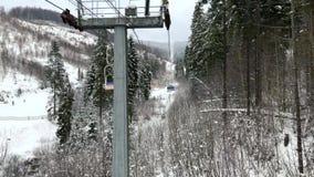Взгляд от стула к подъему стула на лыжный курорт в зиме сток-видео