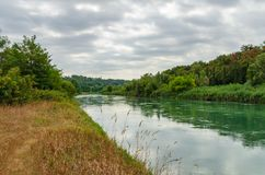 Взгляд от трассы велосипеда на реке Mincio между озером Garda, Стоковые Фотографии RF