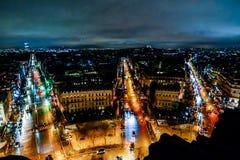 взгляд от Триумфальной Арки на ноче, изображении фото красивый панорамный взгляд города столичного жителя Парижа стоковые изображения
