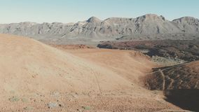 Взгляд от трутня - вулканические холмы песка, пустыня и высокие горы в национальном парке Teide, Тенерифе, канерейке видеоматериал
