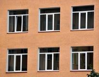 Взгляд от улицы на окнах металл-пластмассы Стоковое фото RF