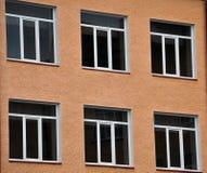 Взгляд от улицы на окнах металл-пластмассы Стоковые Изображения RF