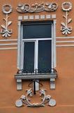 Взгляд от улицы на окнах металл-пластмассы Стоковое Фото