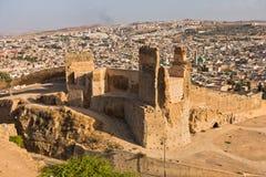 Взгляд от усыпальниц Merenides к старым стенам города, стробу Bab Guissa и городскому пейзажу Fez, Марокко стоковая фотография