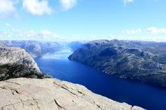 Взгляд от утеса амвона Preikestolen, Lysefjord на заднем плане, графство Rogaland, Норвегия Стоковое Изображение
