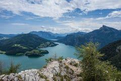 Взгляд от утеса Drachenwand на Mondsee и Attersee Через ferrata в зоне Halstatt, Австрия Стоковое фото RF
