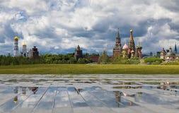 Взгляд от холма парка Zaryadye на церков Иване большие колокольня и отражения Пасмурная погода с thunderclouds дальше стоковые фото