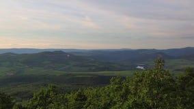 Взгляд от холма Lovos Заход солнца в центральных богемских гористых местностях, чехия сток-видео