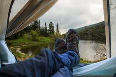 Взгляд от шатра на озере горы Отключения и экспедиции в одичалом Концепция располагаться лагерем Стоковая Фотография