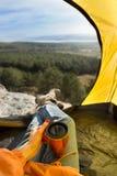 Взгляд от шатра Путешественник держит thermocup стоковые фотографии rf