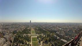 Взгляд от Эйфелевой башни на солнечный день в Париже, Франции видеоматериал