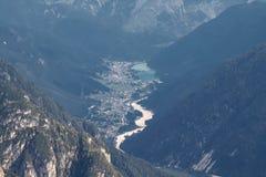 Взгляд от Cime Tre выступает доломиты в долину в деревню Auronzo di Cadore Италию стоковое изображение
