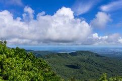 Взгляд от des Mamelles Col над основанием-Terre и большого-Terre, Гваделупы стоковая фотография