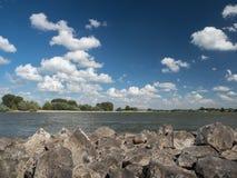 Взгляд от groyne над Рейном на ветреном после полудня Стоковое Фото