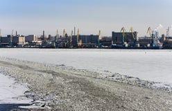 Взгляд от Gulf of Finland покрытого с льдом на морском порте Санкт-Петербурга Россия Стоковые Фотографии RF
