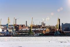 Взгляд от Gulf of Finland покрытого с льдом на морском порте Санкт-Петербурга Россия Стоковые Изображения