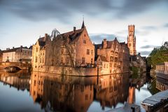 Взгляд от Rozenhoedkaai старого городка Брюгге на сумраке стоковое фото rf
