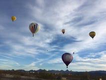 Взгляд, панорамный, красивый захватывающий вид, езда воздушного шара, множественные горячие воздушные шары Стоковые Изображения