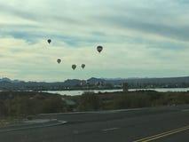 Взгляд, панорамный, красивый захватывающий вид, езда воздушного шара, множественные горячие воздушные шары Стоковое Изображение RF