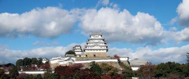 Взгляд панорамы белого замка Himeji на солнечном свете с предпосылкой голубого неба стоковые фотографии rf