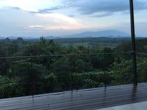 Взгляд панорамы голубых гор на заходе солнца стоковые изображения rf