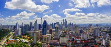 Взгляд панорамы горизонта города Куалаа-Лумпур с драматическим облаком f стоковая фотография rf