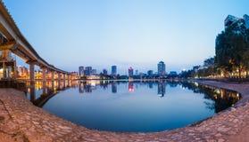 Взгляд панорамы городского пейзажа Ханоя к twilight период Озеро Hoang Cau стоковая фотография rf