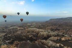 Взгляд панорамы горячих воздушных шаров летая над Cappadocia стоковые изображения rf