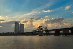 Взгляд панорамы длинного моста металла Bien старого пересекая Red River на раннее утро в Ханое, Вьетнаме стоковая фотография