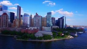Взгляд панорамы завораживающего трутня 4k воздушный на горизонте seascape океана города Нью-Йорка современной архитектуры городск сток-видео