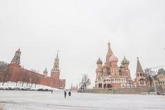 Взгляд панорамы красной площади при люди идя в зиму Стоковые Фотографии RF