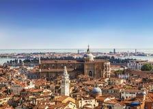 Взгляд панорамы крыш Венеции от вершины колокольни Сан Marco колокольни ` s St Mark базилики ` s St Mark в Veni Стоковое Изображение