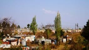 Взгляд панорамы к окраине favela Соуэто Йоханнесбурга, Южной Африки стоковое фото