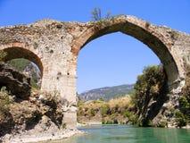 Взгляд панорамы к старому загубленному мосту над рекой Dalaman, Турцией стоковое фото
