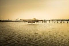 Взгляд панорамы моста полисмена Ong с большой ловушкой к twilight период, самым длинным деревянным мостом сети рыб в Вьетнаме Стоковые Изображения