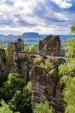 Взгляд панорамы на мосте Bastei Bastei известно для красивой горной породы в Saxon национальном парке Швейцарии, близко стоковая фотография