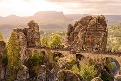 Взгляд панорамы на мосте Bastei Bastei известно для красивой горной породы в Saxon национальном парке Швейцарии, близко стоковое фото rf