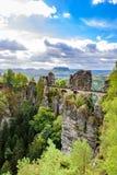 Взгляд панорамы на мосте Bastei Bastei известно для красивой горной породы в Saxon национальном парке Швейцарии, близко стоковые изображения rf