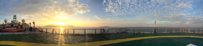 Взгляд панорамы на backdesk от helideck в сейсмическом корабле сосуда во время захода солнца в море Andaman Стоковая Фотография RF