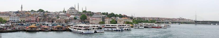 Взгляд панорамы обваловки азиатской стороны Стамбула с кораблями, людьми, зданиями и мечетями, Турцией стоковое изображение