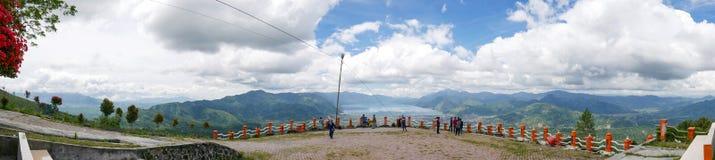 Взгляд панорамы от верхней части холма смотря на озеро, озеро Lut Tawar, Ачех, Индонезию Стоковые Изображения