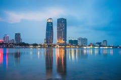 Взгляд панорамы Da Nang Рекой Han к twilight период Da Nang один из главного портового города в Вьетнаме и самом большом городе в стоковые фото