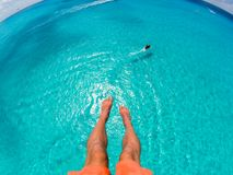 Взгляд парасейлинга ног с шлюпкой скорости в предпосылке моря Стоковые Изображения RF